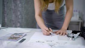Διαδικασία το νέο σκίτσο για την ένδυση σχεδιαστών απόθεμα βίντεο