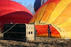 Διαδικασία το πορτοκαλί μπαλόνι με τον καυστήρα αερίου με καυτό Στοκ Εικόνες