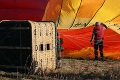 Διαδικασία το πορτοκαλί μπαλόνι με τον καυστήρα αερίου με καυτό Στοκ Φωτογραφία