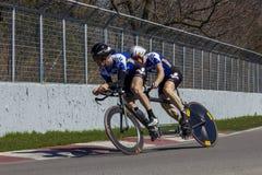 Διαδοχικοί ποδηλάτες που ασκούν στη πίστα αγώνων Στοκ Εικόνες
