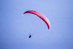 Διαδοχικό ανεμόπτερο σε μια ομιχλώδη ημέρα σε fethiye-Oludeniz Στοκ εικόνες με δικαίωμα ελεύθερης χρήσης