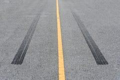 Διαδρομές ροδών, ίχνος ροδών στο δρόμο ασφάλτου Στοκ Φωτογραφία