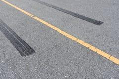 Διαδρομές ροδών, ίχνος ροδών στο δρόμο ασφάλτου Στοκ φωτογραφία με δικαίωμα ελεύθερης χρήσης