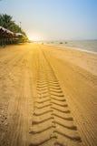 Διαδρομές ροδών στην αμμώδη παραλία το πρωί στην παραλία Bangsaen Στοκ φωτογραφία με δικαίωμα ελεύθερης χρήσης