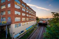 Διαδρομές σιδηροδρόμου και ένα κτήριο στο κολλέγιο ιδρύματος της Μέρυλαντ Στοκ Φωτογραφία