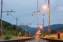 Διαδρομές σιδηροδρόμου που τρέχουν προς μια σύνδεση Στοκ Φωτογραφίες