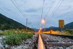 Διαδρομές σιδηροδρόμου που τρέχουν προς μια σύνδεση Στοκ φωτογραφία με δικαίωμα ελεύθερης χρήσης