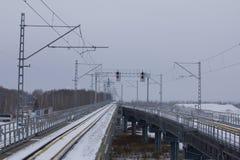 Διαδρομές σιδηροδρόμου του τραίνου αερολιμένων στη νεφελώδη ημέρα Στοκ Φωτογραφίες
