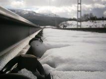 Διαδρομές σιδηροδρόμων που περιβάλλονται από το χιόνι Στοκ φωτογραφίες με δικαίωμα ελεύθερης χρήσης