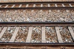 Διαδρομές σιδηροδρόμων στο αμμοχάλικο στοκ εικόνα
