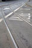 Διαδρομές τραμ και σημάδι βελών στην οδό στο Νόττιγχαμ Στοκ Φωτογραφίες