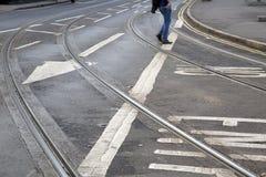 Διαδρομές τραμ και σημάδι βελών στην οδό στο Νόττιγχαμ Στοκ Εικόνες