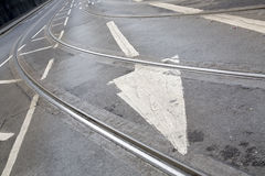 Διαδρομές τραμ και σημάδι βελών στην οδό στο Νόττιγχαμ Στοκ Φωτογραφία