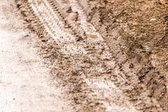 Διαδρομή αυτοκινήτων σε έναν βρώμικο δρόμο ως υπόβαθρο Στοκ Φωτογραφίες