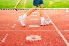 Διαδρομή και αθλητής παρόδων αριθμού που τρέχουν στις παρόδους αριθμού, διπλή έκθεση Στοκ Φωτογραφία