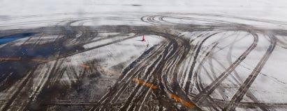 Διαδρομή ροδών αεροπλάνων στο χιόνι Στοκ φωτογραφία με δικαίωμα ελεύθερης χρήσης