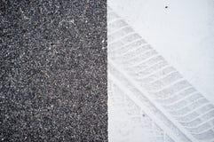 Διαδρομή ροδών σε μια άσπρη επιφάνεια στο δρόμο Στοκ φωτογραφία με δικαίωμα ελεύθερης χρήσης