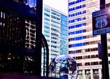 Διαδρομή 66 σημάδι όπως βλέπει στην πολυάσχολη στο κέντρο της πόλης οδό του Σικάγου Στοκ εικόνα με δικαίωμα ελεύθερης χρήσης