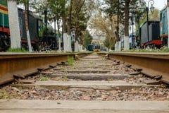 Διαδρομή σιδηροδρόμων με τα παλαιά τραίνα Στοκ εικόνα με δικαίωμα ελεύθερης χρήσης