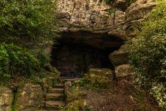 Διαδρομή τουριστών, ισχυροί βράχοι και βλάστηση, σπηλιά βράχου, interes Στοκ φωτογραφία με δικαίωμα ελεύθερης χρήσης