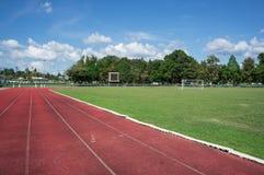 Διαδρομή φυλών, αγωνιστικός χώρος ποδοσφαίρου με το μπλε ουρανό Στοκ Φωτογραφίες