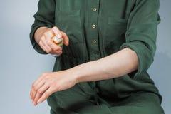 Διδακτική τρίχα που αφαιρεί το γλυκασμό, depilation, κήρωμα στοκ φωτογραφία με δικαίωμα ελεύθερης χρήσης