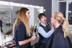 Διδακτικό μάθημα Makeup στο σχολείο ομορφιάς Στοκ εικόνες με δικαίωμα ελεύθερης χρήσης