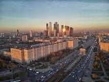Διεθνές εμπορικό κέντρο της Μόσχας και αστικός ορίζοντας της Μόσχας μετά από το ηλιοβασίλεμα πανόραμα εναέρια όψη στοκ φωτογραφία