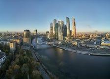 Διεθνές εμπορικό κέντρο της Μόσχας και αστικός ορίζοντας της Μόσχας μετά από το ηλιοβασίλεμα πανόραμα εναέρια όψη στοκ φωτογραφία με δικαίωμα ελεύθερης χρήσης