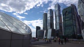 Διεθνές πανόραμα εμπορικών κέντρων Μόσχα-πόλεων και τουρίστες 4K απόθεμα βίντεο