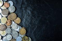 Διεθνές υπόβαθρο νομισμάτων στη μαύρη σύσταση επιτραπέζιων κορυφών πετρών, Στοκ φωτογραφία με δικαίωμα ελεύθερης χρήσης
