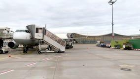 Διεθνής αερολιμένας της Φρανκφούρτης με τα πολλαπλάσια αεροσκάφη της Lufthansa απόθεμα βίντεο