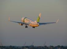 Διεθνής αερολιμένας Schiphol απογείωσης του Boeing 737-700 Transavia στοκ φωτογραφία με δικαίωμα ελεύθερης χρήσης