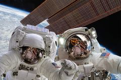 Διεθνής Διαστημικός Σταθμός και αστροναύτης Στοκ Φωτογραφίες