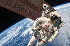 Διεθνής Διαστημικός Σταθμός και αστροναύτης Στοκ εικόνα με δικαίωμα ελεύθερης χρήσης