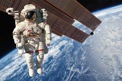 Διεθνής Διαστημικός Σταθμός και αστροναύτης Στοκ Εικόνα