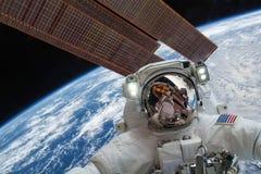 Διεθνής Διαστημικός Σταθμός και αστροναύτης Στοκ εικόνες με δικαίωμα ελεύθερης χρήσης