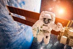 Διεθνής Διαστημικός Σταθμός και αστροναύτης Στοκ Φωτογραφία