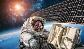 Διεθνής Διαστημικός Σταθμός και αστροναύτης Στοκ φωτογραφία με δικαίωμα ελεύθερης χρήσης