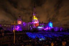 Διεθνής κύκλος φεστιβάλ της Μόσχας του φωτός η τρισδιάστατη χαρτογράφηση παρουσιάζει στο κρατικό πανεπιστήμιο της Μόσχας Στοκ εικόνες με δικαίωμα ελεύθερης χρήσης