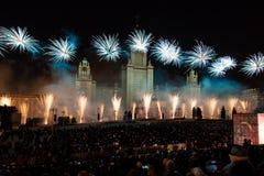 Διεθνής κύκλος φεστιβάλ της Μόσχας του φωτός Τα πυροτεχνικά πυροτεχνήματα παρουσιάζουν στο κρατικό πανεπιστήμιο της Μόσχας Στοκ Φωτογραφίες