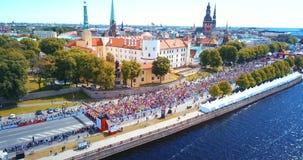 Διεθνής μαραθώνιος Lattelecom 2018 Έναρξη στο ανάχωμα και τους ανθρώπους που τρέχουν από τον ποταμό Daugava φιλμ μικρού μήκους