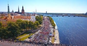 Διεθνής μαραθώνιος Lattelecom 2018 Έναρξη στο ανάχωμα και τους ανθρώπους που τρέχουν από τον ποταμό Daugava απόθεμα βίντεο
