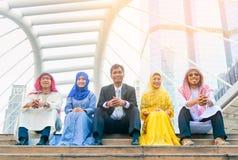 Διεθνής ομάδα επιχειρηματιών και γυναικών που κάθονται στην πόλη Στοκ εικόνες με δικαίωμα ελεύθερης χρήσης