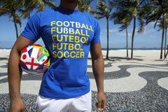 Διεθνής ποδοσφαιριστής με τη σφαίρα Copacabana Ρίο ποδοσφαίρου στοκ εικόνα