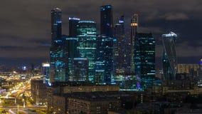 Διεθνής πόλη της Μόσχας εμπορικών κέντρων της Μόσχας timelapse τη νύχτα Αστική νύχτα μητροπόλεων τοπίων με τους ουρανοξύστες φιλμ μικρού μήκους