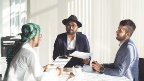 διεθνής συνεδρίαση Οι διαφορετικοί επιχειρηματίες μιλούν για το σφαιρικό πρόγραμμα απόθεμα βίντεο