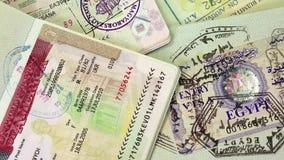 Διεθνή διαβατήρια με τις θεωρήσεις απόθεμα βίντεο