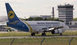 Διεθνείς αερογραμμές Boeing της Ουκρανίας 737-500 αεροσκάφη που τρέχουν στο διάδρομο Στοκ Εικόνες