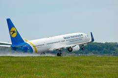 Διεθνείς αερογραμμές Boeing 737 της Ουκρανίας Στοκ Φωτογραφίες